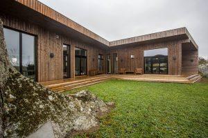 svarte_vinduer_arkitekttegnet_hytte_1