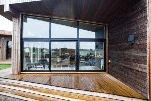 svarte_vinduer_arkitekttegnet_hytte_2