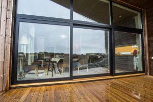 svarte_vinduer_arkitekttegnet_hytte_3